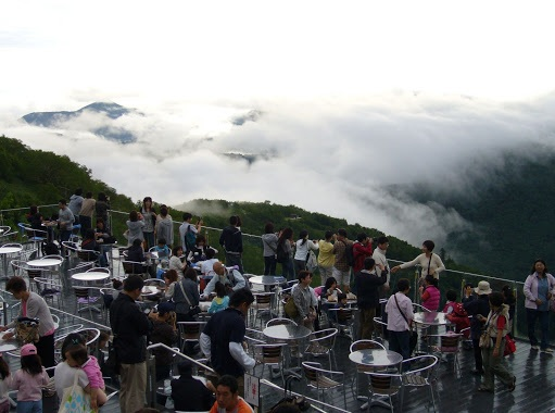 This photo is from http://i2.asntown.net/h4/japan/3/visit-Hokkaido/Unkai-Terrace-of-tomamu-japan.jpg .